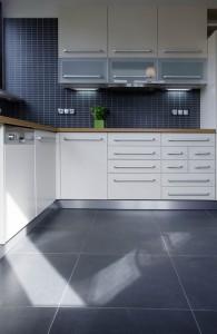 velkoformátová dlažba v kuchyni