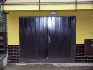 Stará křídlová vrata před výměnou