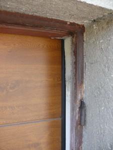 Stará metoda - Klasická sekční vrata za zárubní původních křídlových vrat