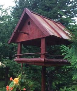 doma vyrobena budka pro ptaky