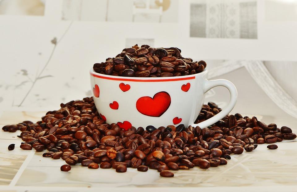 kava zrnkova v hrnku
