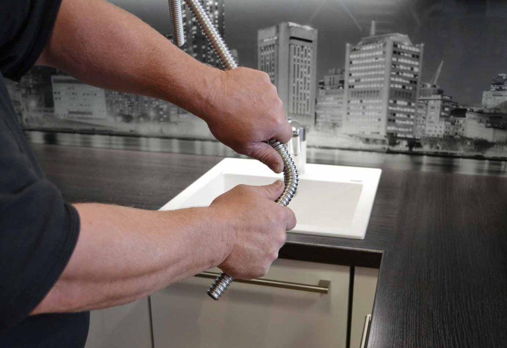 instalater trubku z nerezového vlnovce snadno ohnete v ruce