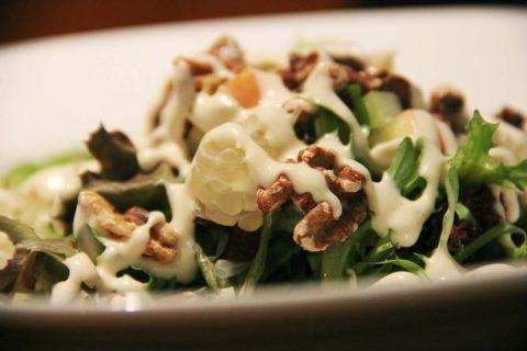 salat s pomelem a orechy