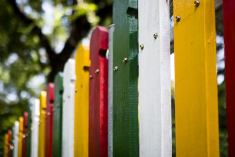 barva na dreveny plot