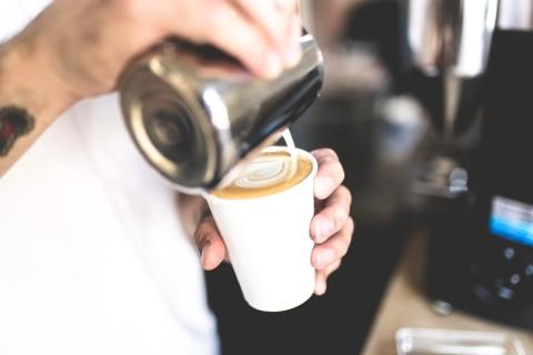 caffe latte s sebou