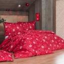Sytý vánoční odstín červené barvy nechá vyniknout světlým motivům na povlečení Vločky