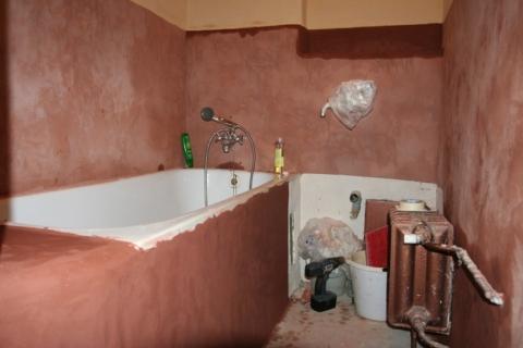 Koupelna s hliněnou omítkou