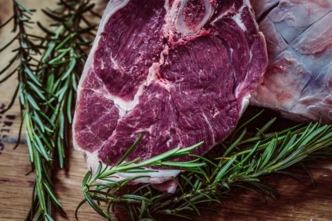 Zjemněte díky láku maso, které máte připravené na grilování.