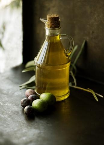Olivový olej se hodí nejen do salátů.