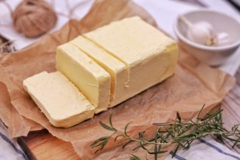 Máslo s lákem je chutné především na křupavém toastu.